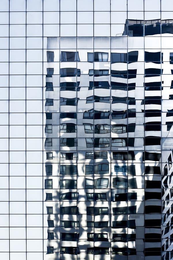 blå glass reflexionsskyskrapa royaltyfri bild