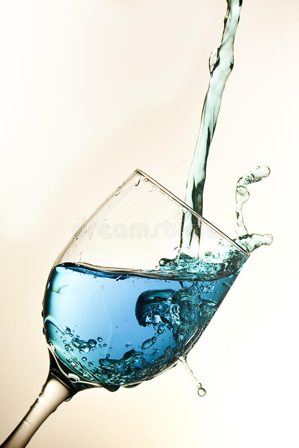 blå glass wine royaltyfri foto
