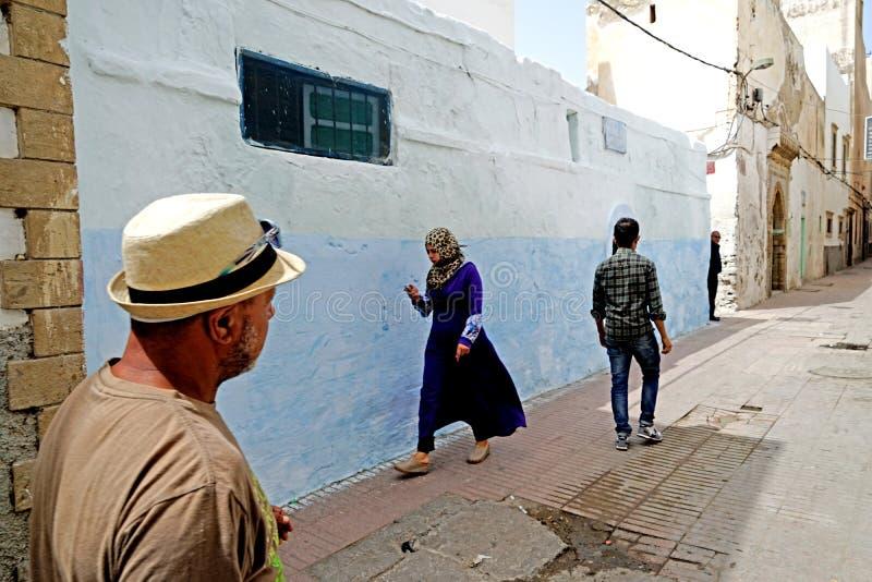 Blå gränd i medinaen av Essaouira arkivbild