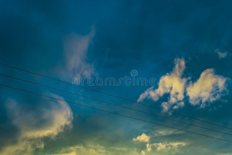 Blå gul himmel med moln arkivbild