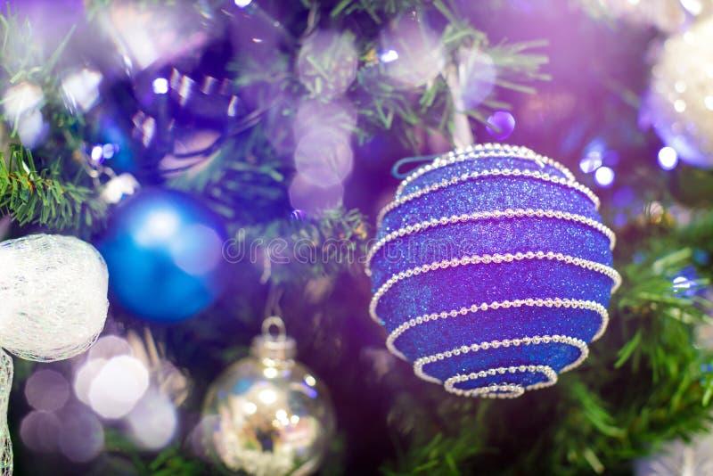 Blå hängande bollprydnad för julgran För Xmas-garnering för skinande ljus signalljus glad bakgrund med kopieringsutrymme för arkivbild