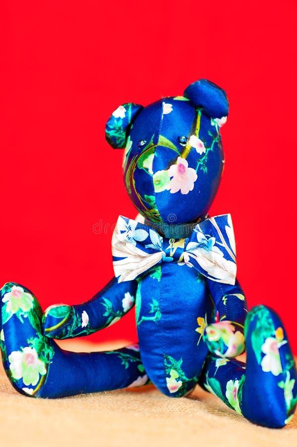 Blå handgjord siden- leksak för björn för provence tildanalle royaltyfri bild