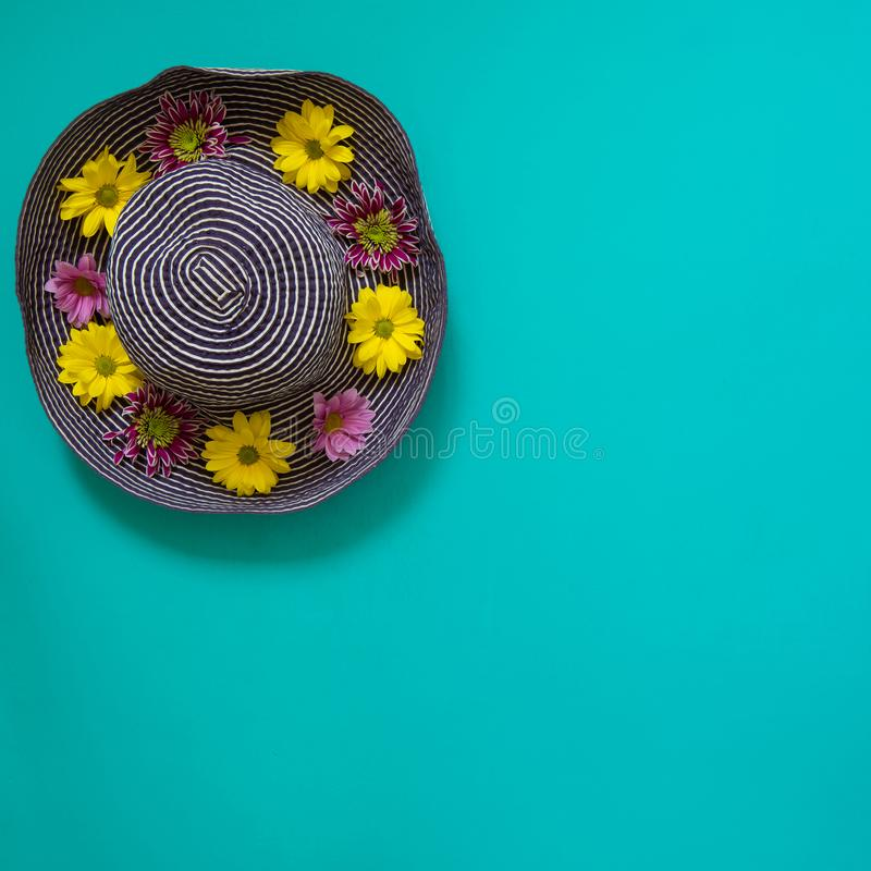 Blå hatt för strand som dekoreras med blommor royaltyfria foton