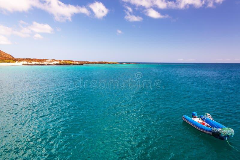 Blå hav och jolle royaltyfria foton