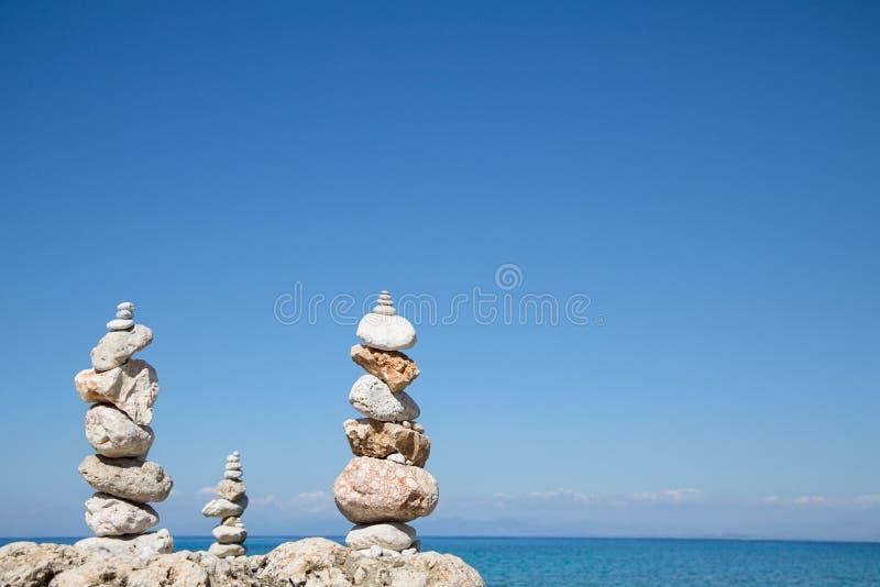 Blå havbakgrund med en pelare av stenar för meditativt eller royaltyfri foto