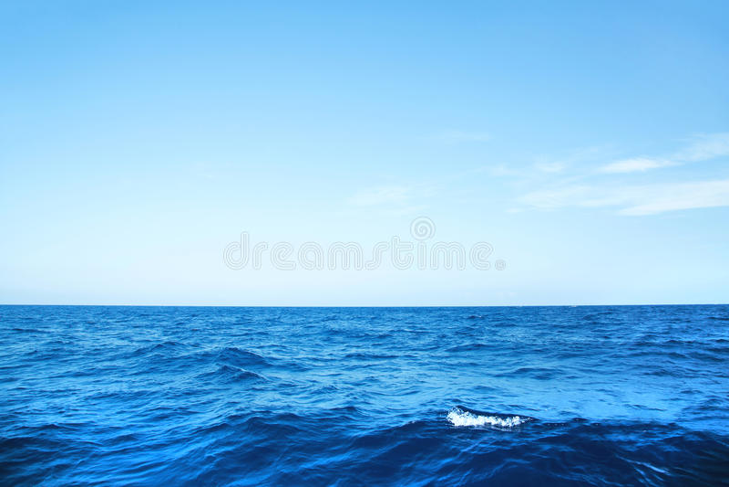 Blå havbakgrund med horisonten på det djupblå havet arkivbilder