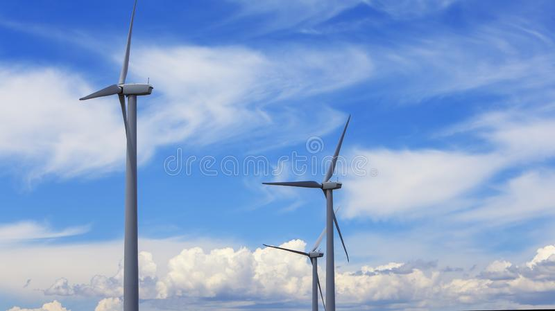 Blå himlen med vindturbiner med moln 2 royaltyfri bild