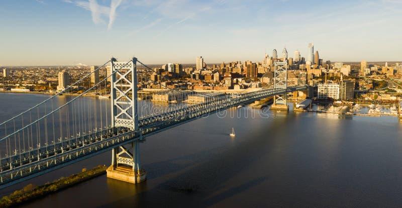 Blå himmel över Benjamin Franklin Bridge in i i stadens centrum Philadelphia Pennsylvania arkivbild