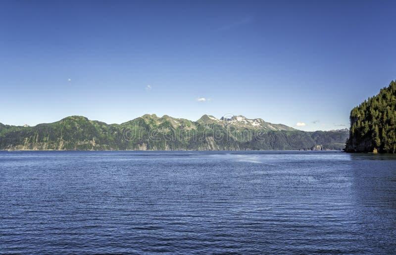 Blå himmel över berg nära Seward, Alaska royaltyfri bild