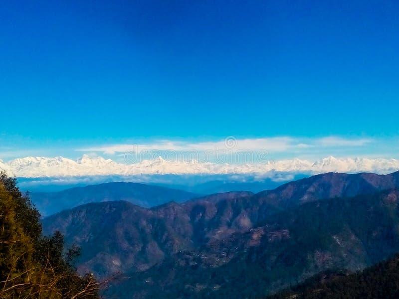 Blå himmel över blåa moln på blåa berg-kullar stock illustrationer