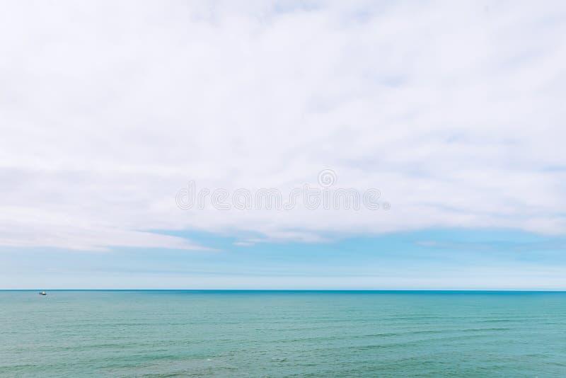 Blå himmel över det lugna havet arkivfoto