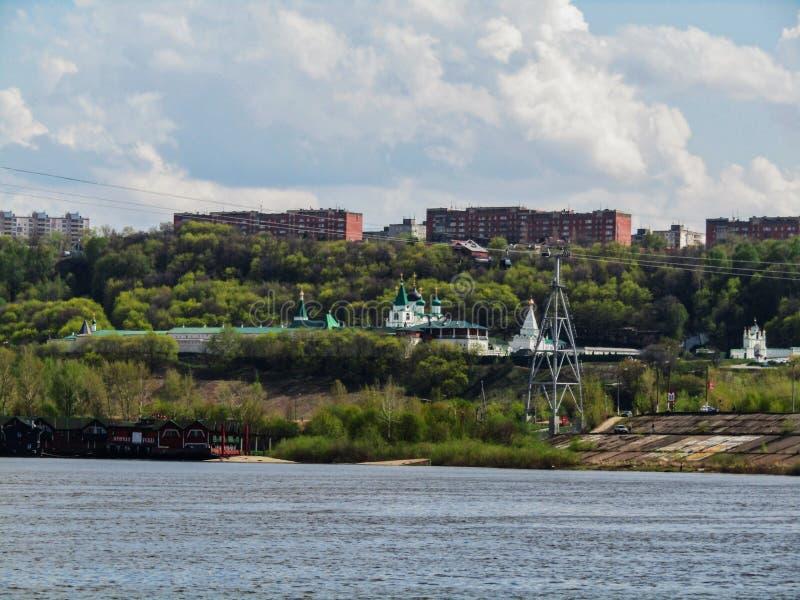 Blå himmel över Nizhny Novgorod royaltyfria bilder