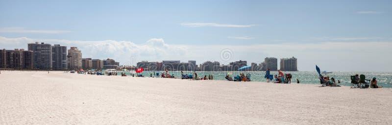 Blå himmel över vit sand och grönt strandgräs av Tigertail Beac royaltyfri bild