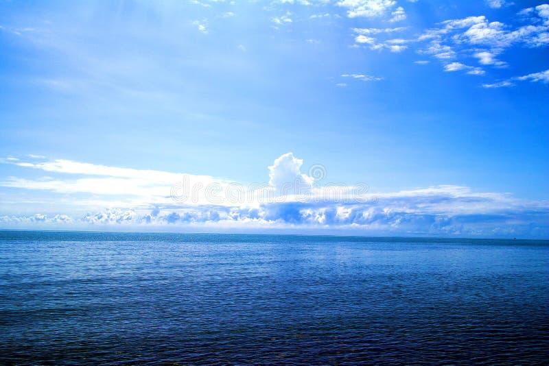 Blå himmel, blått hav royaltyfria bilder