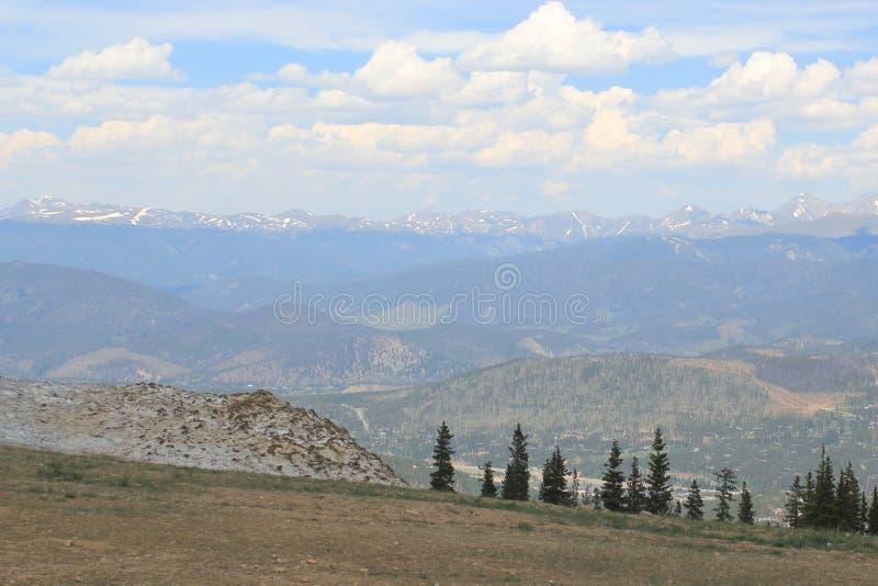 Blå himmel för berg arkivfoton