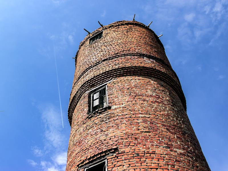 Blå himmel för gammal bakgrund för vattentorn royaltyfri foto