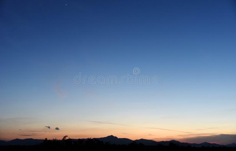 Blå himmel för härlig afton arkivfoton