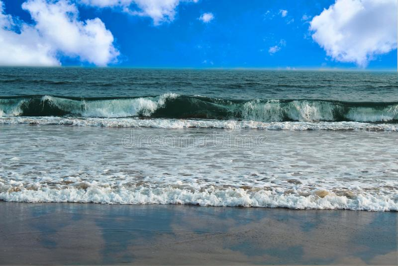 Blå himmel för härlig havsscape med molnet royaltyfri foto