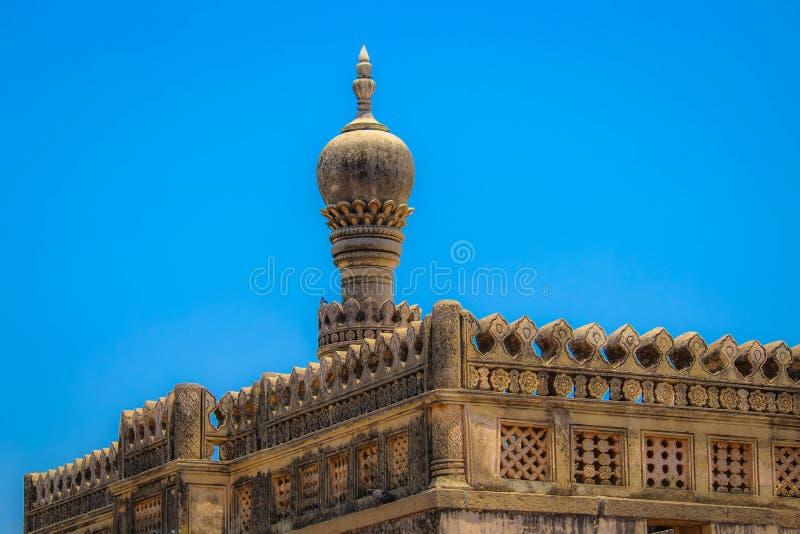 Blå himmel för kyrktorn och för frikänd royaltyfri foto