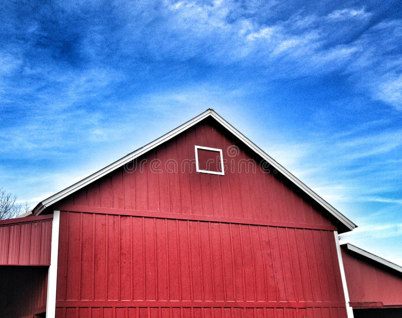 Blå himmel för röd ladugård royaltyfria bilder