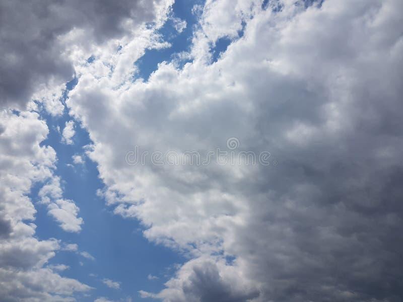 Blå himmel för sommarcloudscape med bakgrund för molnig atmosfär för moln naturlig tom tom fotografering för bildbyråer