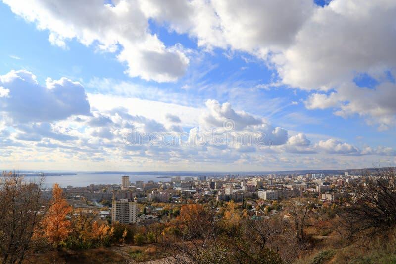 Blå himmel, flod Volga, stad av Saratov, Ryssland Sikt från det Sokolova berget arkivfoton