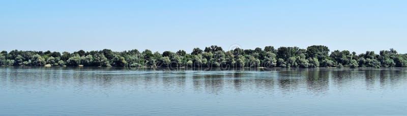 Blå himmel, gröna träd, blå flod arkivbilder