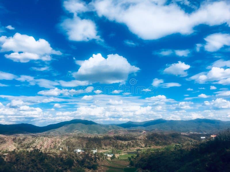 Blå himmel, hög platå arkivfoton