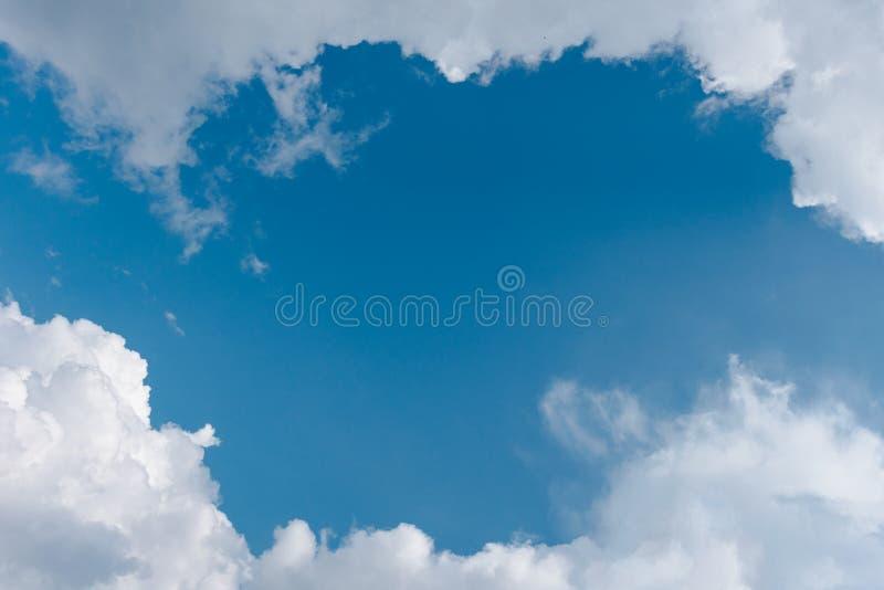 Blå himmel i Carpathian royaltyfria bilder