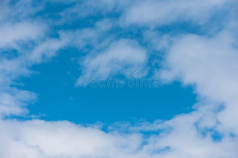 Blå himmel i Carpathian royaltyfria foton