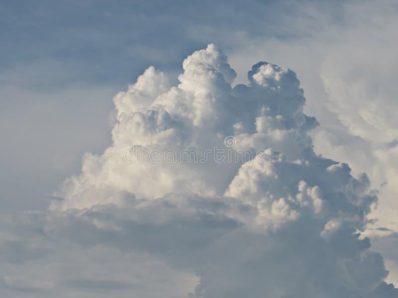 Bl? himmel i vita och fluffiga moln arkivbilder