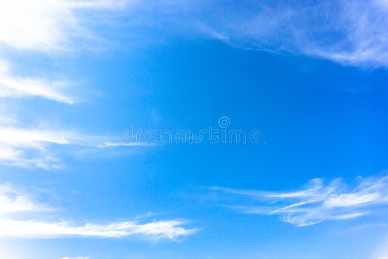 Blå himmel med det vita molnet för strimma royaltyfria foton
