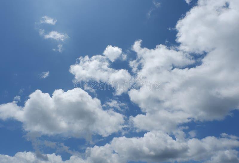 Blå himmel med härliga moln för bakgrunden arkivbild