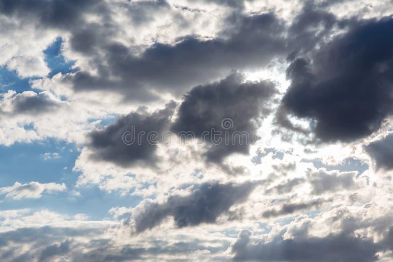 Blå himmel med laden moln för vit storm som färgas med grå färger arkivbilder