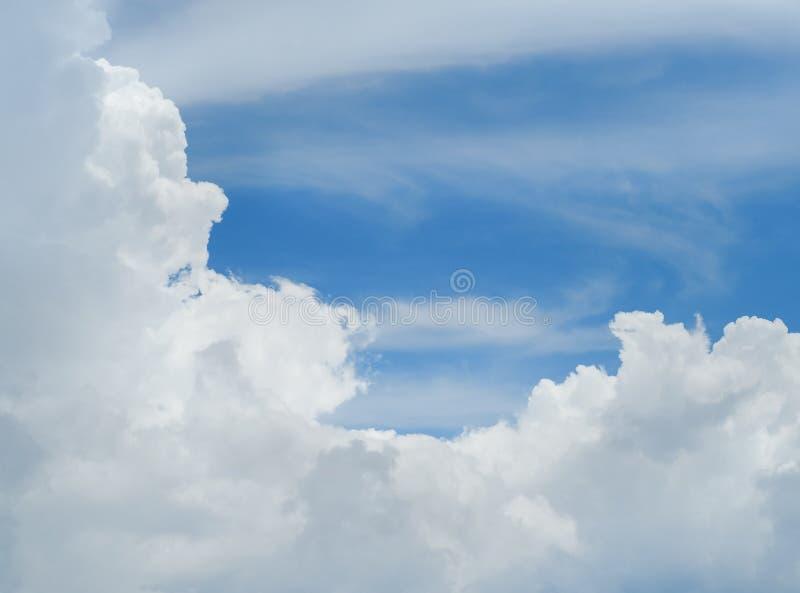 Blå himmel med lottmoln royaltyfri fotografi