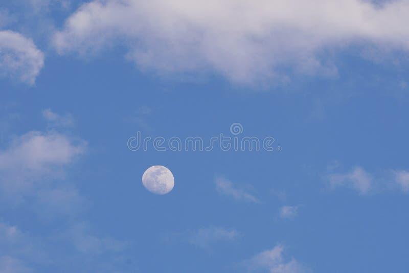 Blå himmel med månen och molnen arkivbild