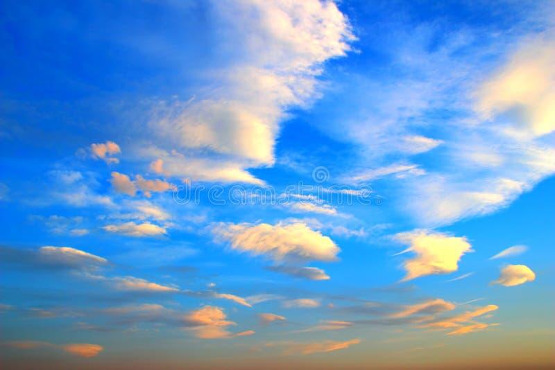 Blå himmel med många små moln under solnedgång royaltyfria foton
