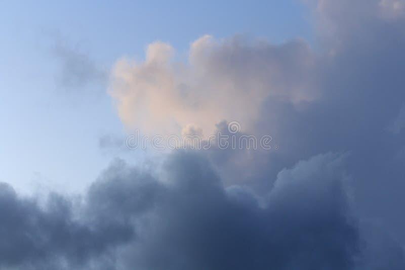 Blå himmel med mörkblå och vita moln Liggande format fotografering för bildbyråer