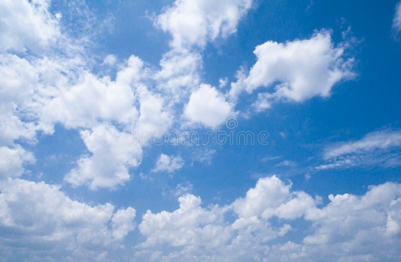 Blå himmel med massor av vit fördunklar på solig dag royaltyfri fotografi