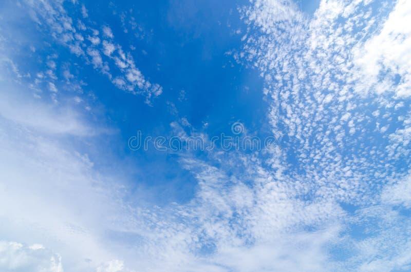 Blå himmel med moln för himmel för molnCirrocumulusmorgon små och stora royaltyfri foto