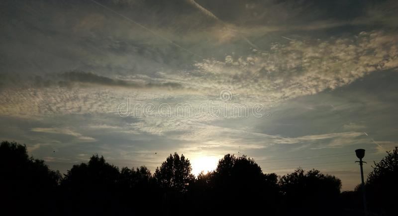 Blå himmel med moln i Arad, Rumänien royaltyfri fotografi