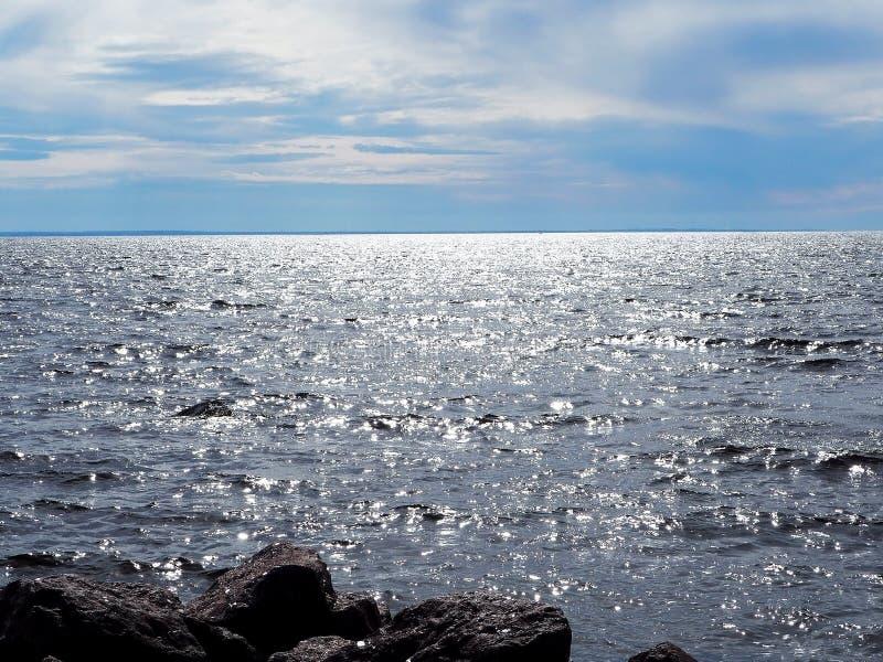 Blå himmel med moln och vatten av havet royaltyfri foto