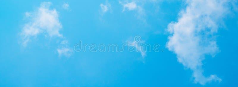 Blå himmel med moln som en människa för bakgrund royaltyfri bild