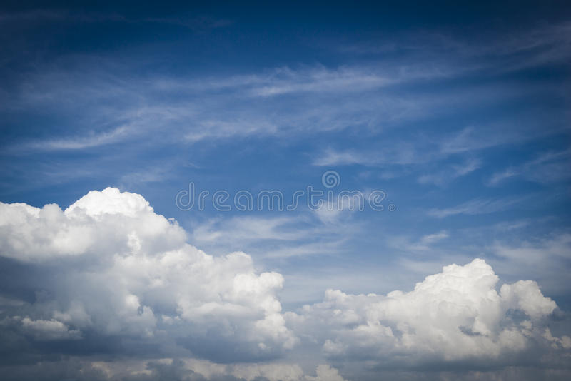 Blå himmel med molncloseupen arkivbild