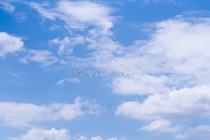 Blå himmel med molnet i dagstidning royaltyfria bilder