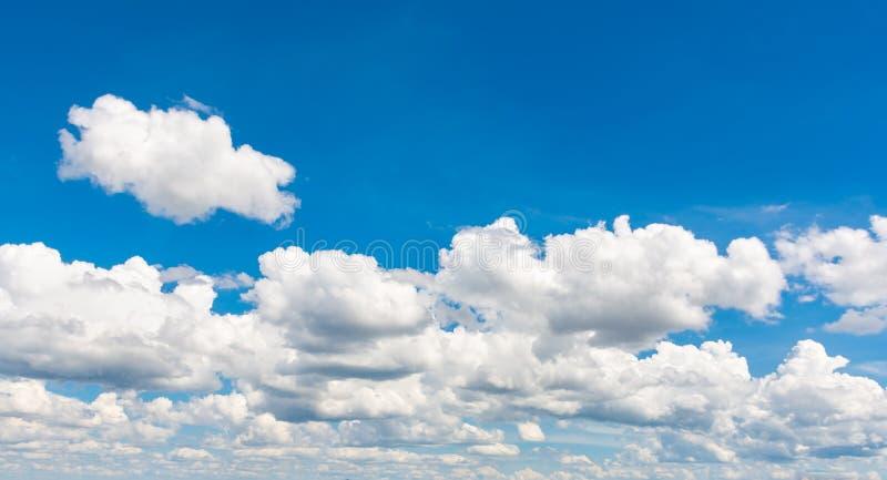 Blå himmel med molnlugnplats arkivfoto