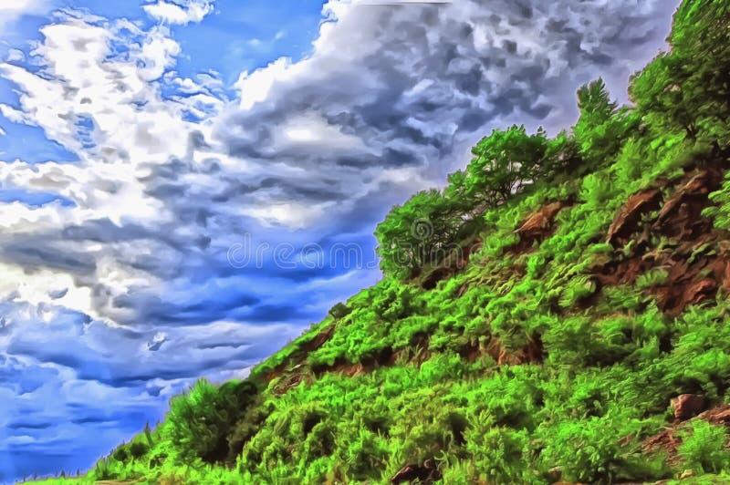 Blå himmel med omfångsrika moln som är diagonala av ett grönt berg royaltyfria bilder