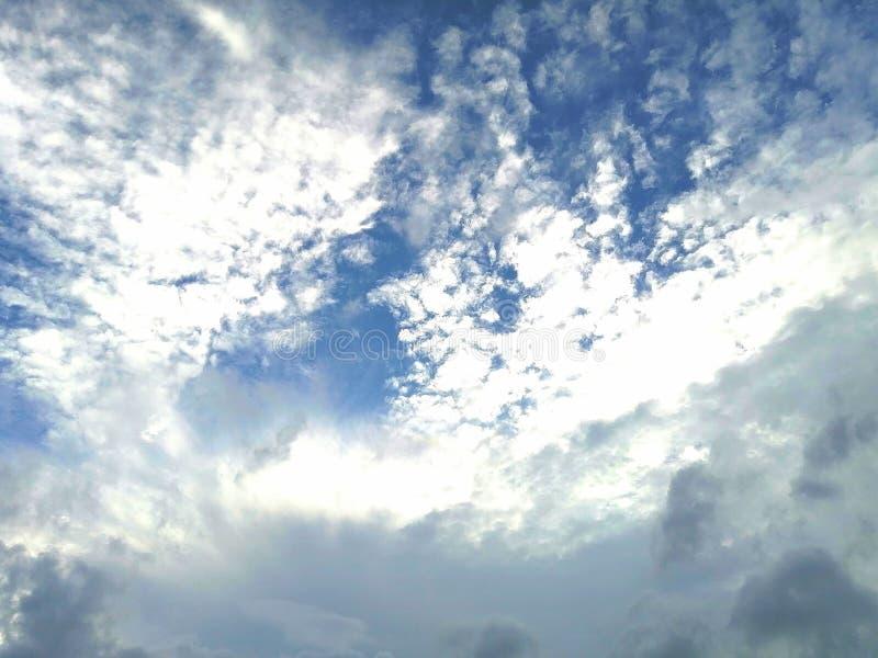Blå himmel med solsken på aftonen arkivbilder