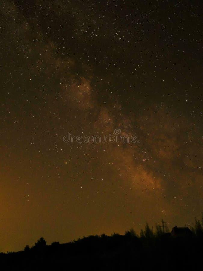 Blå himmel med stjärnor och den mjölkaktiga vägen arkivfoto