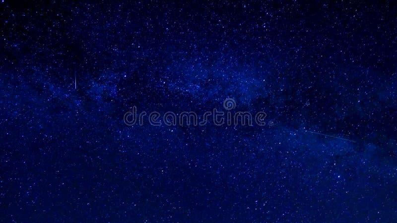 Blå himmel med stjärnor och den mjölkaktiga vägen royaltyfri foto